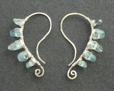 Luxe Bijoux 34 Hammered curved earrings with aquamarine